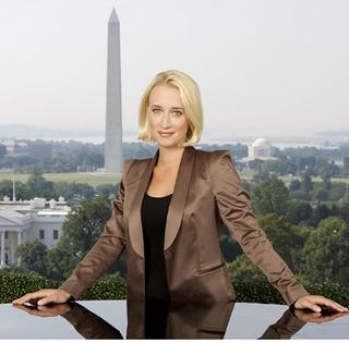 Eva Jinek tijdens haar werk in Washington DC